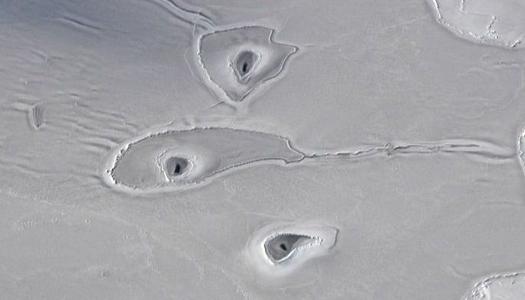 Ученые изучают странные отверстия во льдах Арктики