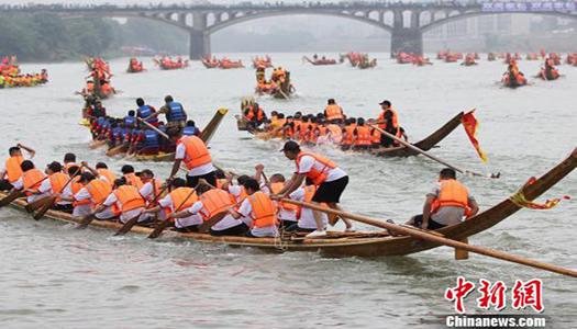В Китае прошли гонки на драконовых челнах
