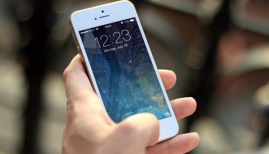 Дві дівчини згвалтували юнака через зламаний мобільний телефон